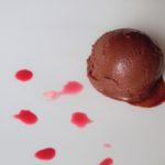 Sorbetto di cioccolato con barbabietola e lamponi