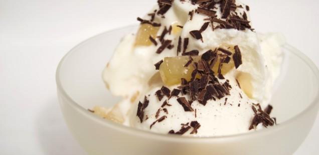 Gelato di ricotta con pere caramellate e cioccolato